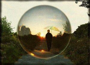 Enfant marchant dans une bulle
