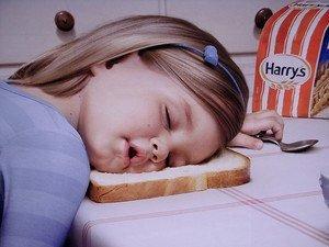 Enfant endormies sur une tartine