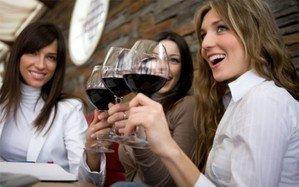 Image femmes un verre de vin rouge à la main