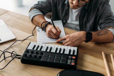 Image en tête de l'article composer une musique: 21 façons de originales de démarrer un morceau.