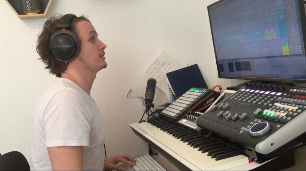 Image de Comment Rémy a gagné en qualité sonore, sorti un EP en 2 mois et signé 4 musiques couleur